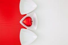 Cuvettes en céramique pour la nourriture de sushi et le coeur rouge Photo stock