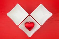 Cuvettes en céramique pour les sushi et le coeur rouge Photo stock