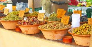 Cuvettes en céramique rustiques avec les olives méditerranéennes en Espagne Photo stock