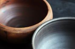 Cuvettes en céramique sur le fond en bois Photo stock
