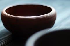 Cuvettes en céramique sur le fond en bois Photos libres de droits