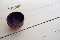 Cuvettes en céramique sur le fond en bois Photographie stock