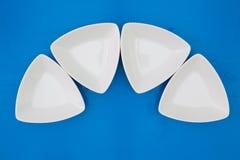 Cuvettes en céramique triangulaires vides pour des sushi sur le tabl en bois bleu Photographie stock