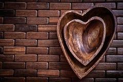 Cuvettes en forme de coeur sur la nourriture en bois de tapis d'endroit et le concept de boissons Image libre de droits