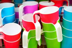 Cuvettes en plastique colorées Image stock