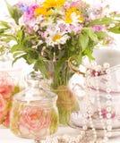 Cuvettes et fleurs élégantes Photo stock