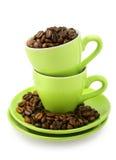 Cuvettes et grains de café (chemin de découpage compris) image stock