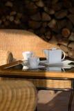 Cuvettes et pichet de café sur le patio Images stock