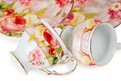 Cuvettes et soucoupes de café décorées des fleurs Photo stock