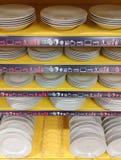 Cuvettes et soucoupes de plats sur des étagères image libre de droits
