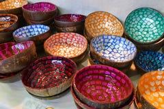 Cuvettes peintes colorées faites à partir de la coquille de noix de coco images stock