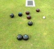 Cuvettes, plot, et couvre-tapis se trouvant sur le bowling green Image libre de droits