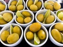 Cuvettes remplies d'olives fraîches photo stock