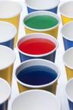 Cuvettes remplies de liquide coloré. photo libre de droits