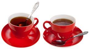 Cuvettes rouges avec du thé photographie stock libre de droits