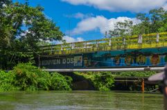 CUYABENO,厄瓜多尔- 2016年11月16日:在Cuyabeno河的桥梁有管道的在它, Cuyabeno旁边暂停了 图库摄影