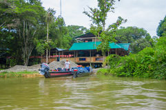 CUYABENO,厄瓜多尔- 2016年11月16日:一条小船的未认出的人在Cuyabeno河,亚马逊密林的深度 库存图片