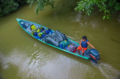 CUYABENO,厄瓜多尔- 2016年11月16日:旅行乘小船的未认出的人入亚马逊密林的深度在Cuyabeno 库存照片