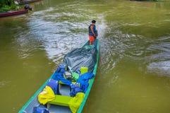 CUYABENO,厄瓜多尔- 2016年11月16日:旅行乘小船的未认出的人入亚马逊密林的深度在Cuyabeno 库存图片