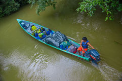 CUYABENO,厄瓜多尔- 2016年11月16日:旅行乘小船的未认出的人入亚马逊密林的深度在Cuyabeno 免版税图库摄影