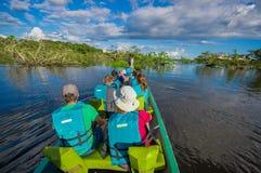 CUYABENO,厄瓜多尔- 2016年11月16日:旅行乘小船的未认出的人民入亚马逊密林的深度  图库摄影