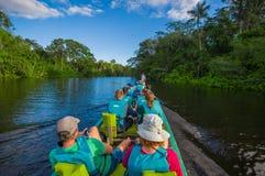 CUYABENO,厄瓜多尔- 2016年11月16日:旅行乘小船的未认出的人民入亚马逊密林的深度  免版税图库摄影