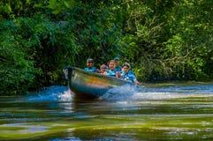 CUYABENO,厄瓜多尔- 2016年11月16日:旅行乘小船的未认出的人民入亚马逊密林的深度  免版税库存图片
