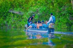 CUYABENO,厄瓜多尔- 2016年11月16日:旅行乘小船的未认出的人民入亚马逊密林的深度  库存图片