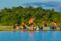 CUYABENO,厄瓜多尔- 2016年11月16日:跳进盐水湖的年轻游人重创反对日落, Cuyabeno 免版税库存图片