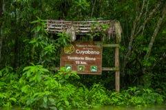 CUYABENO, ECUADOR - 16 DE NOVIEMBRE DE 2016: Una muestra de madera informativa sobre el parque nacional de Cuyabeno, profundidad  Imagenes de archivo
