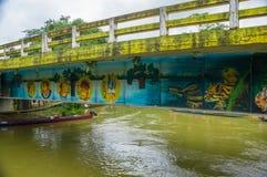 CUYABENO ECUADOR - NOVEMBER 16, 2016: Bro över den Cuyabeno floden med ett fartyg nedanför det, Cuyabeno nationalpark in royaltyfri foto