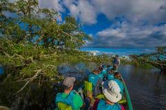CUYABENO, ECUADOR - NOVEMBER 16, 2016: Niet geïdentificeerde mensen die door boot in de diepte van de Wildernis van Amazonië binn Stock Fotografie