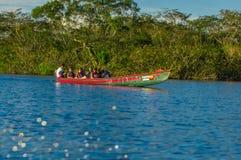 CUYABENO, ECUADOR - NOVEMBER 16, 2016: Niet geïdentificeerde mensen die door boot in het Nationale Park van Cuyabeno, Ecuador rei Stock Afbeelding