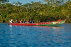 CUYABENO, ECUADOR - NOVEMBER 16, 2016: Niet geïdentificeerde mensen die door boot in het Nationale Park van Cuyabeno, Ecuador rei Royalty-vrije Stock Foto