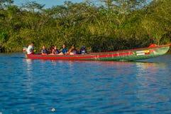 CUYABENO ECUADOR - NOVEMBER 16, 2016: Oidentifierat folk som reser med fartyget i den Cuyabeno nationalparken, Ecuador Arkivfoton