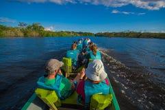 CUYABENO ECUADOR - NOVEMBER 16, 2016: Oidentifierat folk som in reser med fartyget in i djupet av amasondjungeln Arkivfoton