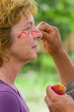 CUYABENO, EKWADOR MAY 06, 2017: Niezidentyfikowany turystyczny obraz jej twarz używa arnot ziarna od te połuszczy spiny czerwień Obrazy Stock