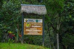 CUYABENO, EQUADOR - 16 DE NOVEMBRO DE 2016: Um sinal de madeira informativo sobre o parque nacional de Cuyabeno, profundidade das Foto de Stock