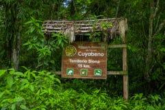 CUYABENO, EQUADOR - 16 DE NOVEMBRO DE 2016: Um sinal de madeira informativo sobre o parque nacional de Cuyabeno, profundidade das Imagem de Stock Royalty Free
