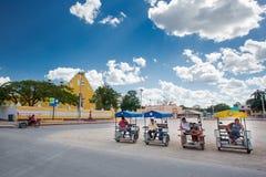 Cuzama, México - 17 de janeiro de 2017: Turistas de espera de Bicitaxis fotos de stock