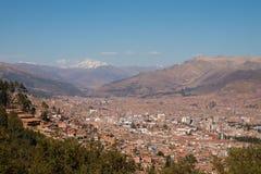 Cuzco mit Schnee-mit einer Kappe bedecktem Berg stockbilder