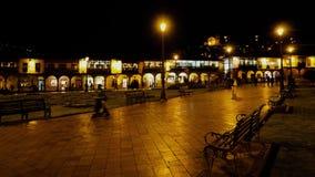 CUZCO, PERÚ, EL 8 DE FEBRERO DE 2017: timelapse de la opinión de la noche que ofrece a la gente que camina en alcalde de la plaza almacen de metraje de vídeo