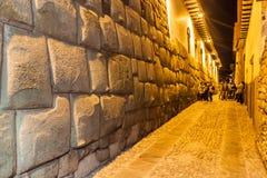 CUZCO PERU - MAJ 23, 2015: Detalj av incas perfekta stenhuggeriarbete Vägg av den tidigare slotten av Inca Roca i Cuzco, per arkivfoto