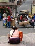 ` Cuzco, Peru, o 10 de janeiro de 2010: mulher na rua ` imagens de stock royalty free