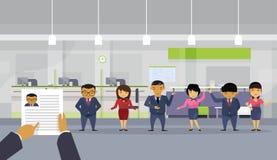 Cv del curriculum vitae del control de la mano que elige a los hombres de negocios asiáticos de From Group Of del hombre de negoc Fotografía de archivo libre de regalías