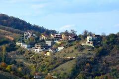 Cvartal no monte da cidade Paisagem urbana típica da cidade Brasov, uma cidade situada na Transilvânia, Romênia imagens de stock