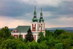 Cvilin小山的巴洛克式的教会在多暴风雨的天气的Krnov 免版税库存图片