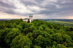 Cvilin小山的巴洛克式的教会在多暴风雨的天气的Krnov 免版税库存照片