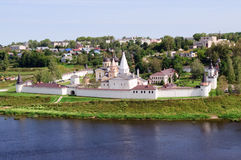 Cvyatouspensky修道院在城市Staritsa,俄罗斯 免版税库存照片