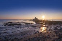 Cwyfan,教堂在Anglesey的海,北部威尔士 库存照片